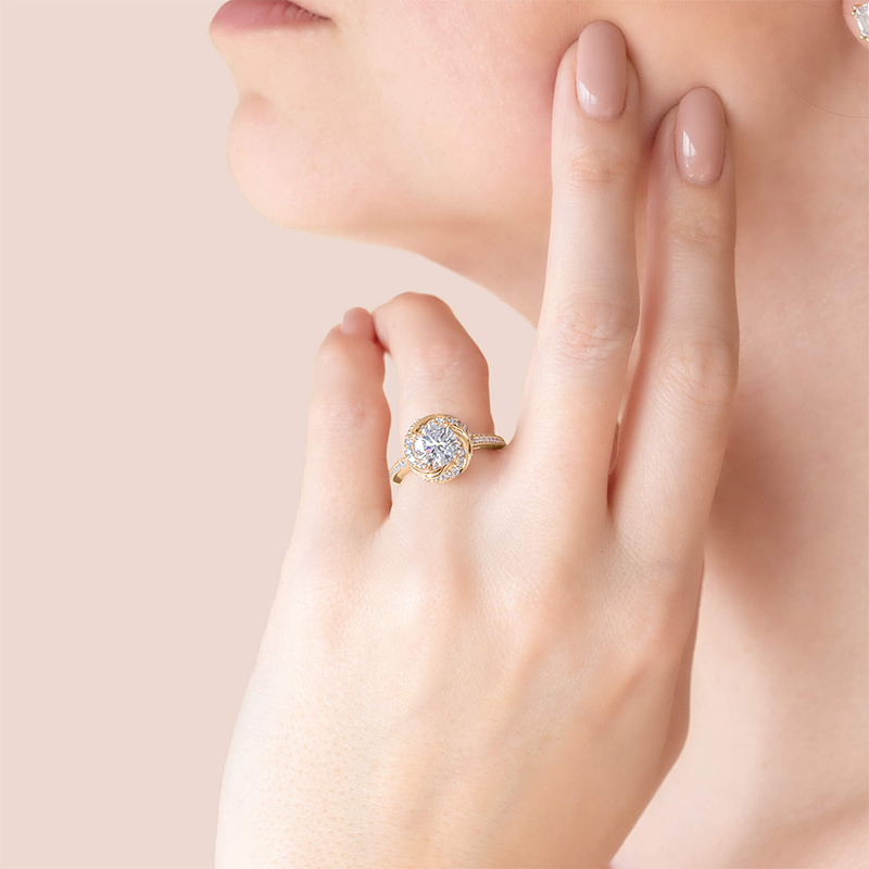 Catch eyes with a glam engagement ring setting